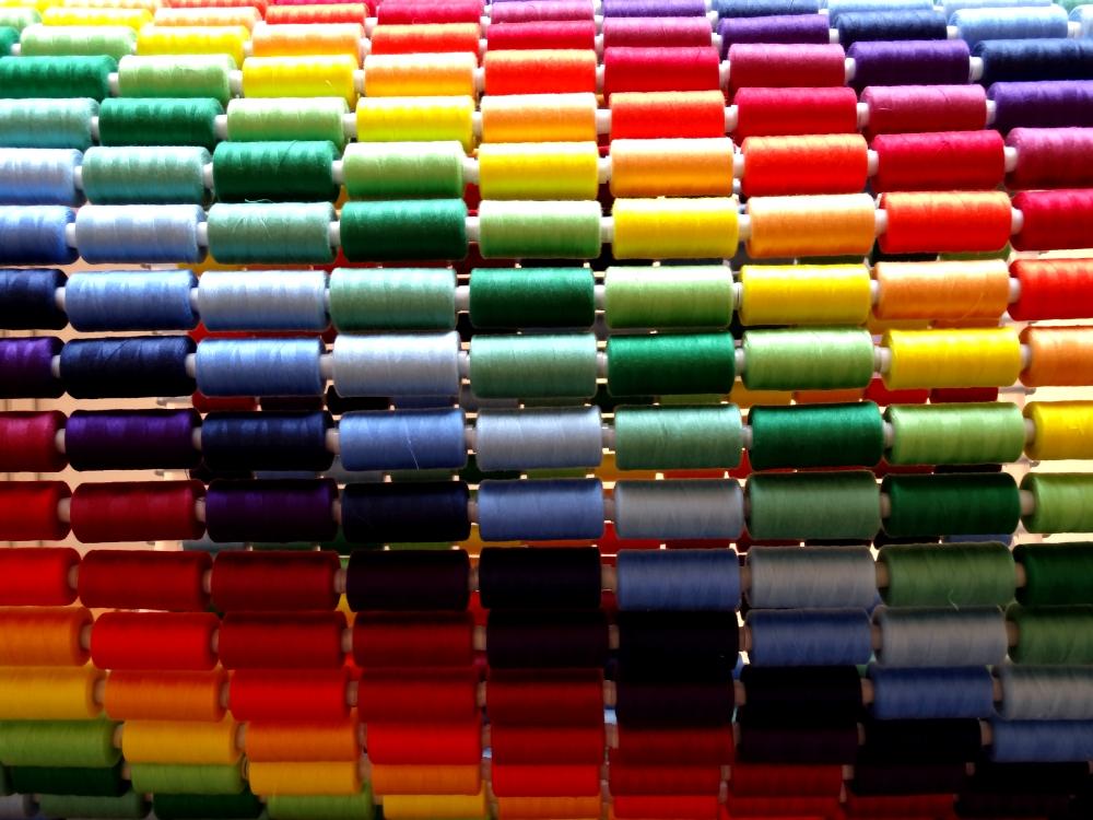 Nikolas Fouré, Une milliseconde de lumière (détail), 2016. Bobines de fil à coudre, PMMA, tige filetée en acier zingué, quincaillerie. 78 x 50 x 50 cm. Socle en contreplaqué. Le tout : 160 x 90 x 50 cm. Photo : L'aparté.