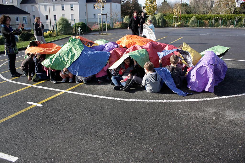 Atelier mené dans l'École élémentaire publique de Bédée avec une classe de CE2 avec l'équipe de médiation de PLAY TIME. Photo : PLAY TIME