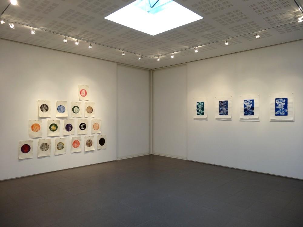 """Vue de l'exposition Cécile White, Empreinte carbone. A gauche : """"Tas de Soi"""". A droite : """"Les marques du temps""""."""