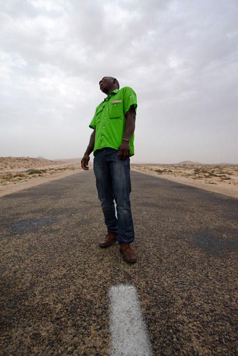 """Laetitia Tura. Série """"Je suis pas mort, je suis là"""" Jeune sénégalais, Rabat, Maroc. Tirage pigmentaire. 42 x 59 cm 2011"""
