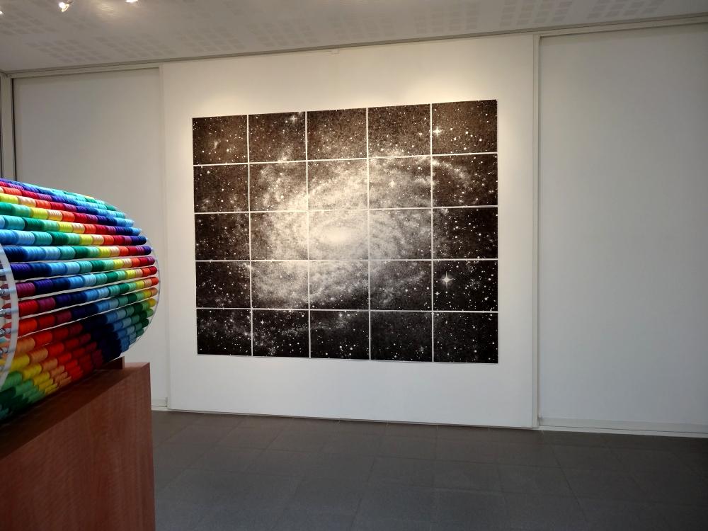 Nikolas Fouré, Mesures, 2015. Tampon encreur sur papier Montval 300g. 25 parties de 41 x 51 cm. Le tout : 205 x 255 cm. Photo : L'aparté.