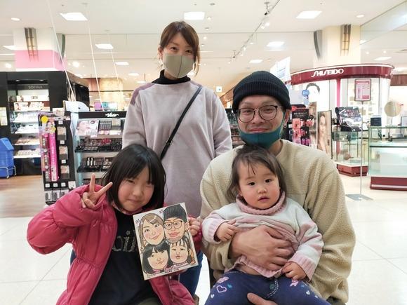 岩手県のさくら野百貨店・北上店で似顔絵を描いた4人家族
