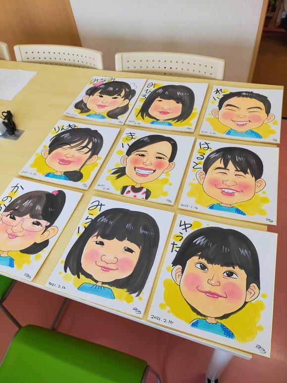 保育園の中で描いた幼稚園児と先生の似顔絵