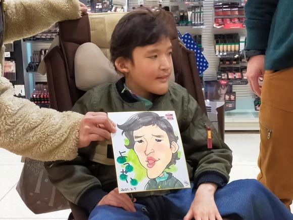 岩手県のさくら野百貨店・北上店で似顔絵を描いた小学生の男の子
