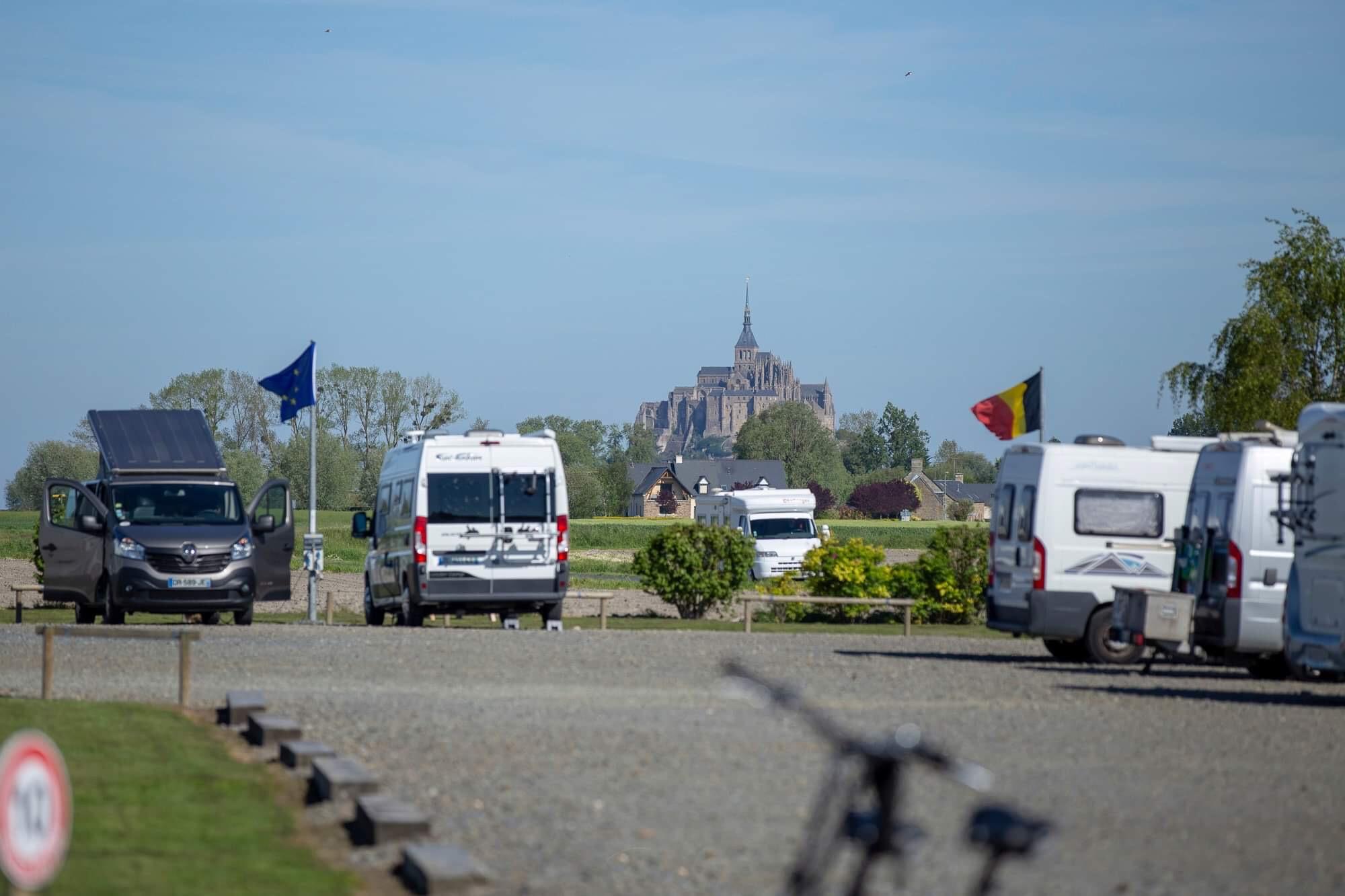 Vue sur le Mont-Saint-Michel depuis l'aire de camping-car/camping à la ferme de La Bidonnière à Ardevon