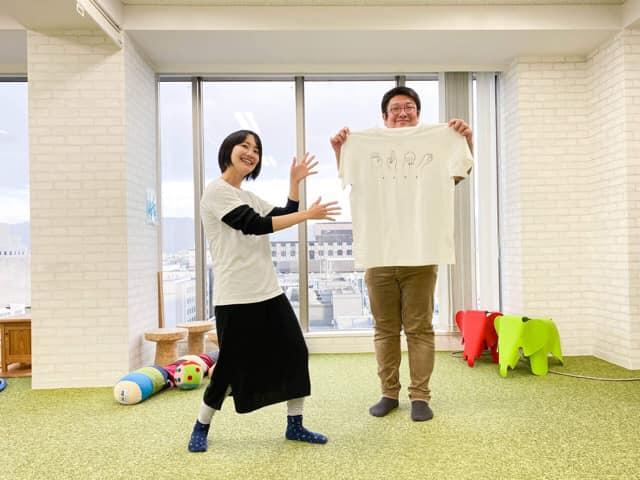 学び場とびらとシサムコウボウがeumoでつながったオーガニックコットン手話Tシャツ