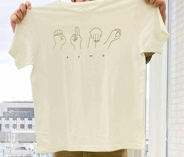 学び場とびらとシサムコウボウのコラボeumoオーガニックコットン手話Tシャツのアップ画像