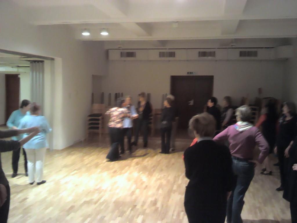 Unsere Tanzleiterin Lisa zeigt uns wie es geht