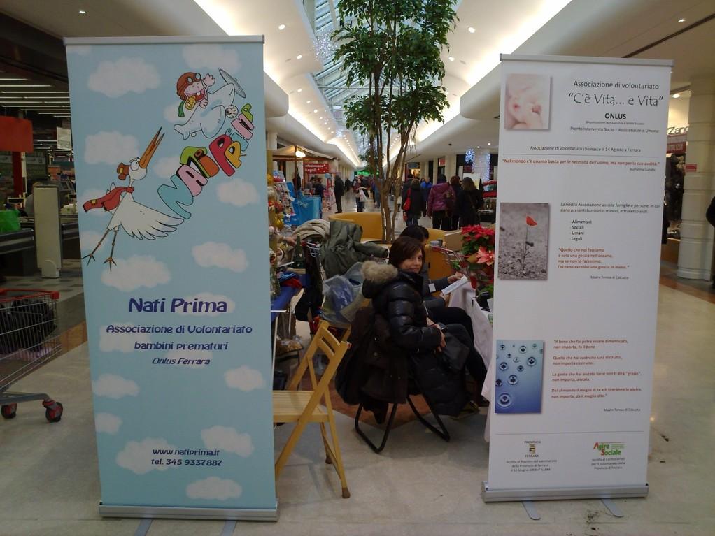 """Raccolta fondi Martedì 21 Dicembre 2010 - Centro commerciale """"Il Castello"""" Associazione """"C'è Vita... e Vita"""" e """"Nati Prima"""""""