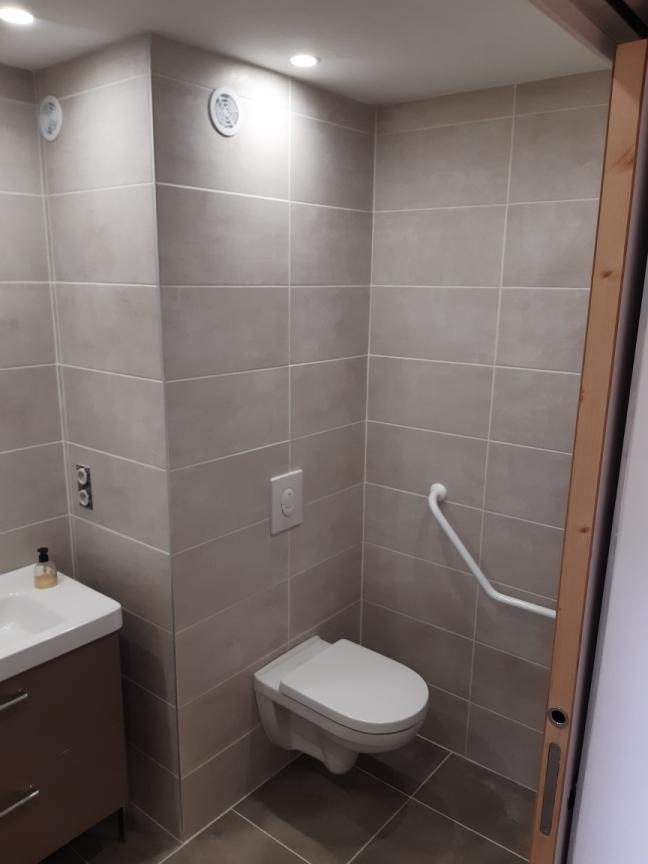 Salle de bain et wc pour personne à mobilité réduite