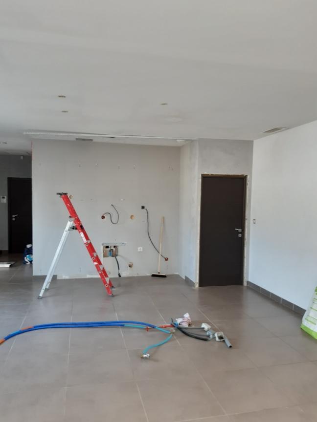 Création d'un espace cuisine dans la pièce de vie.