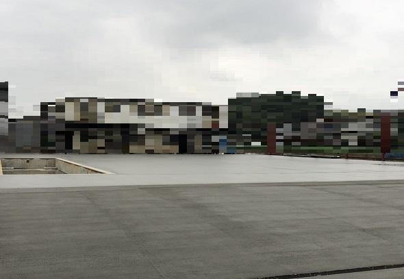横浜で左官、土間工事を施工する泊工業は、資材置き場の土間コンクリートを打設します。