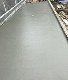 横浜で左官、土間工事を施工する泊工業は、駐車場のコンクリート工事を請け負います。