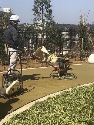 横浜で左官・土間工事を請け負う泊工業は、環境に配慮した舗装材の土木工事を通して社会に貢献しています。