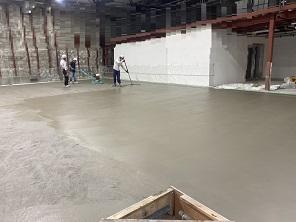横浜で左官、土間工事を施工する泊工業は、倉庫のコンクリート工事を請け負います。
