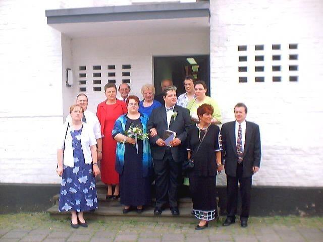 Familienfoto mit Trauzeugen vor dem Standesamt in Odenthal.