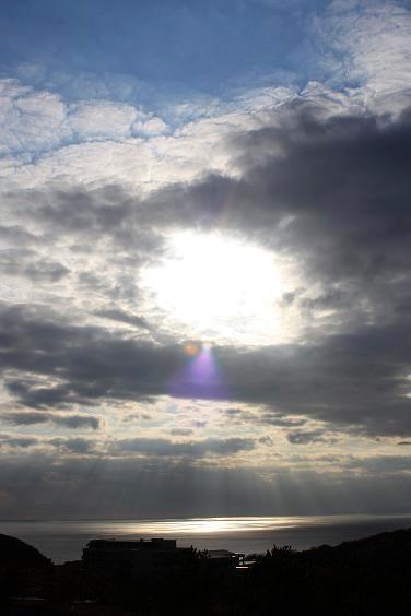 新年、三浦半島からみた太陽と雲と海。