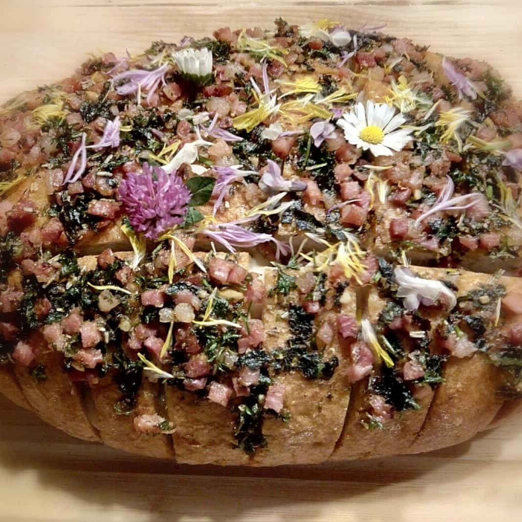 Wildkräuterbrot mit Käse gefüllt