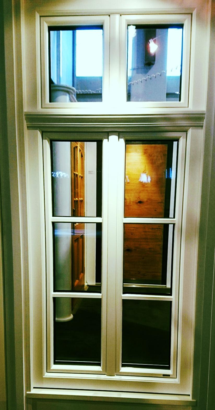 4 flg. Holz/Alufenster, System contour, mit waagrechtem Zierkämpfer und 26 mm Aufklebesprossen