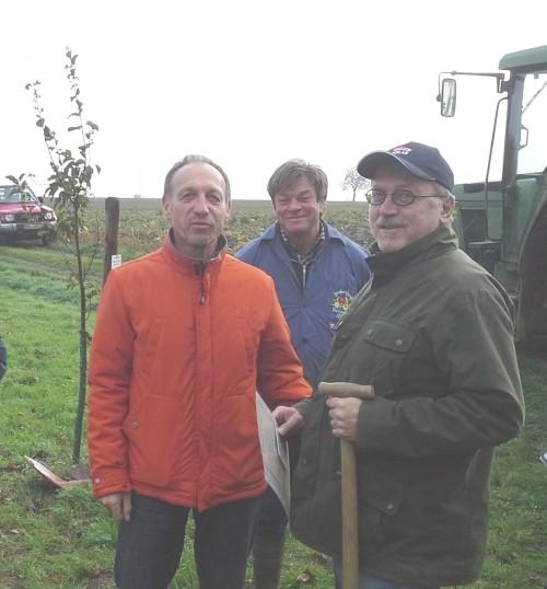 Bürgemeister Dopp (links) Obst-Bauer Ohler vom Sonnenhof (Mitte)