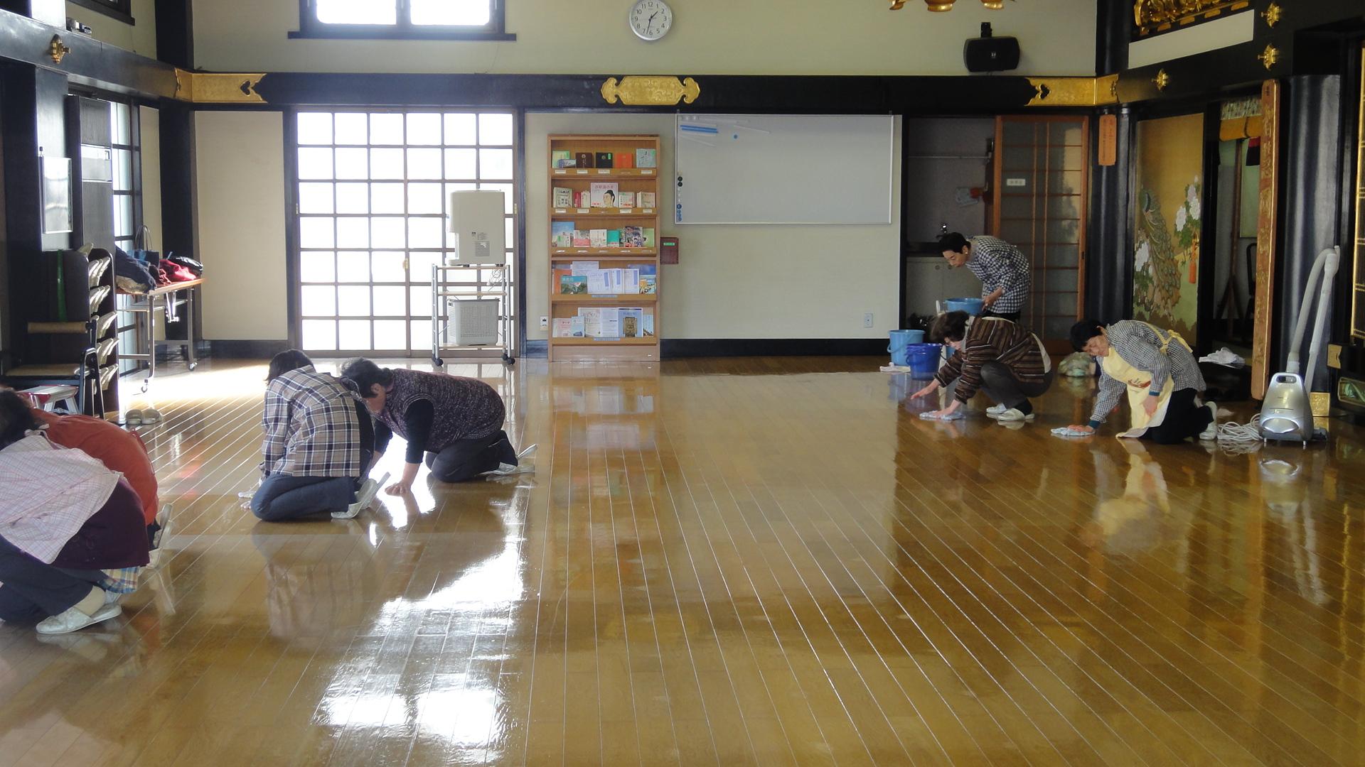 本堂の床もキレイになりました