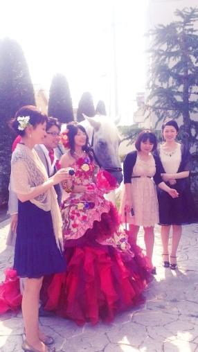 真っ赤なドレスが印象的な花嫁さんでした。二人乗りをとても喜んでくださいました。