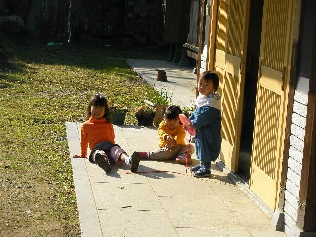 子供たちが外で遊んでいる写真
