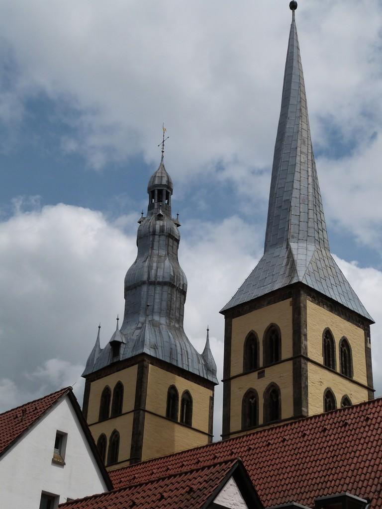 """Die """"ungleichen Brüder"""" . Im linken Turm (vom Marktplatz aus gesehen) hatte einst der Türmer der Stadt seine Wohnung."""