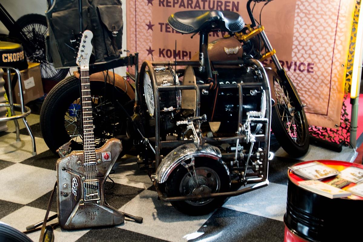 Eine Tankgitarre und ein rollendes Orchester