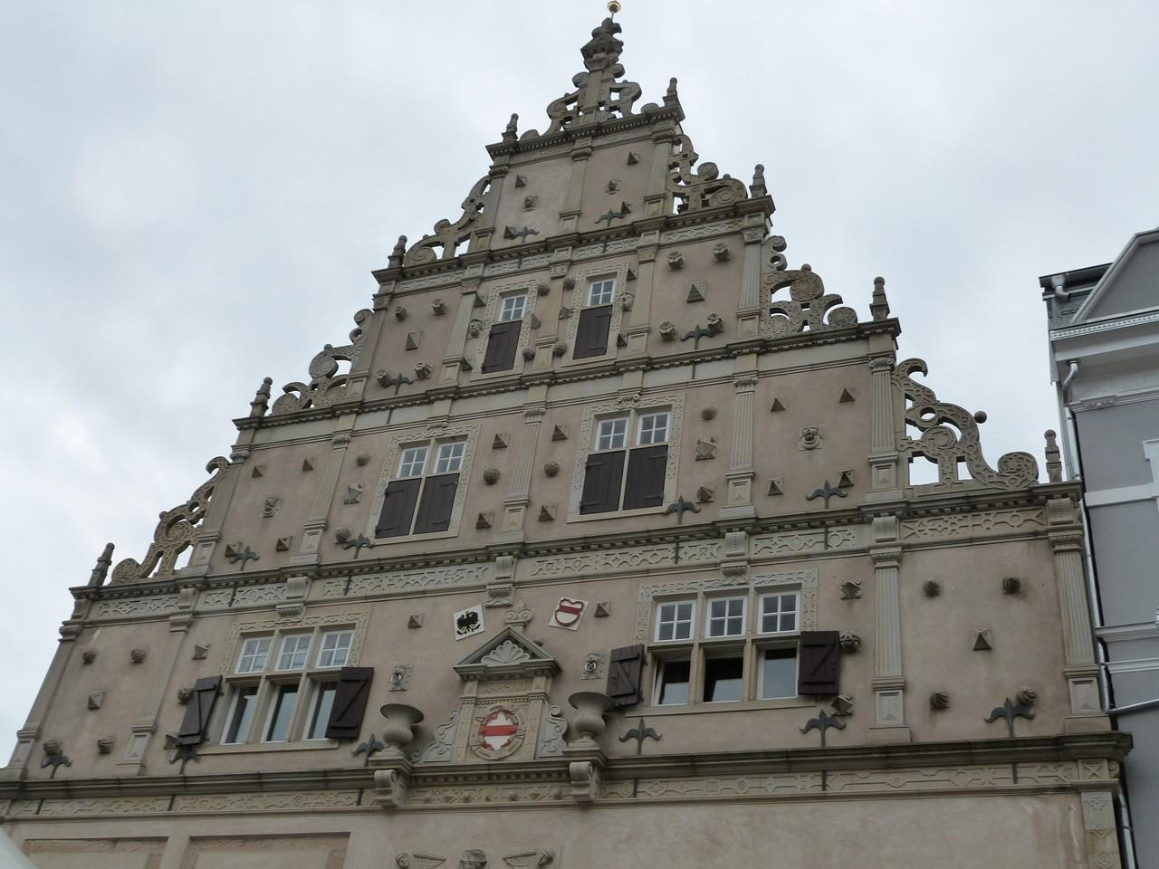 Der Giebel aus der Zeit der Weserrenaissance wurde 1988/89 rekonstruiert.