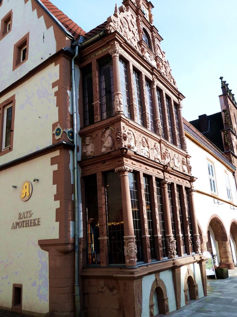 """Der """"Steinerne Saal Lemgos"""" bekam 1612 sein Prunkstück: den Apothekenerker am Rathaus."""