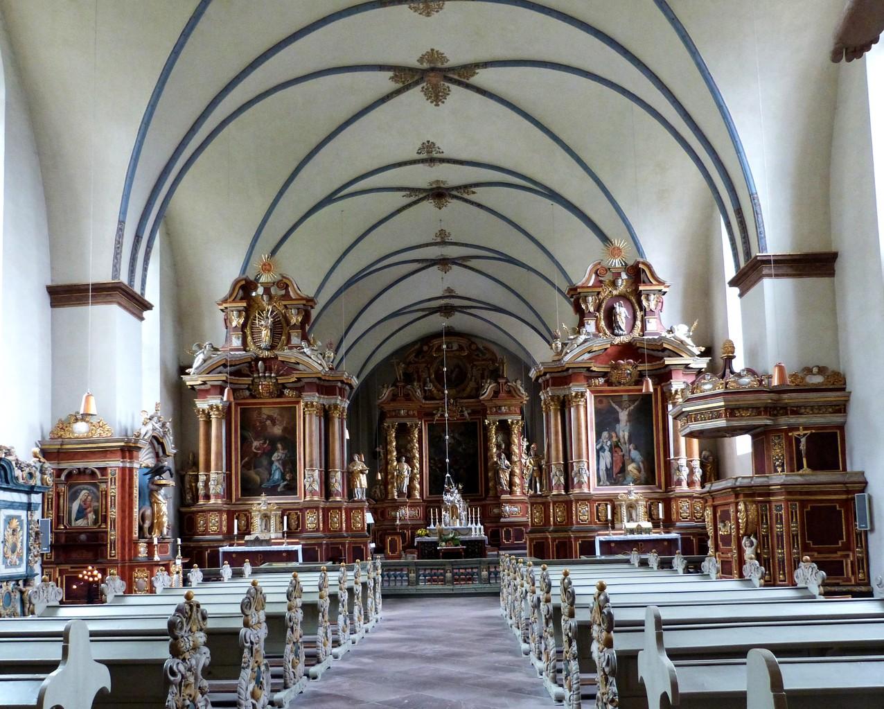Innenansicht mit Blick auf den Altar und Darstellung der Gewölbe im Kirchenschiff