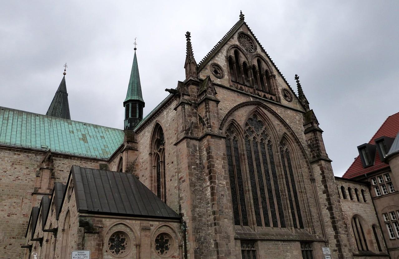 Die Südfassade des östlichen Querhauses zeigt den reichsten Figurenschmuck im Außenbereich.