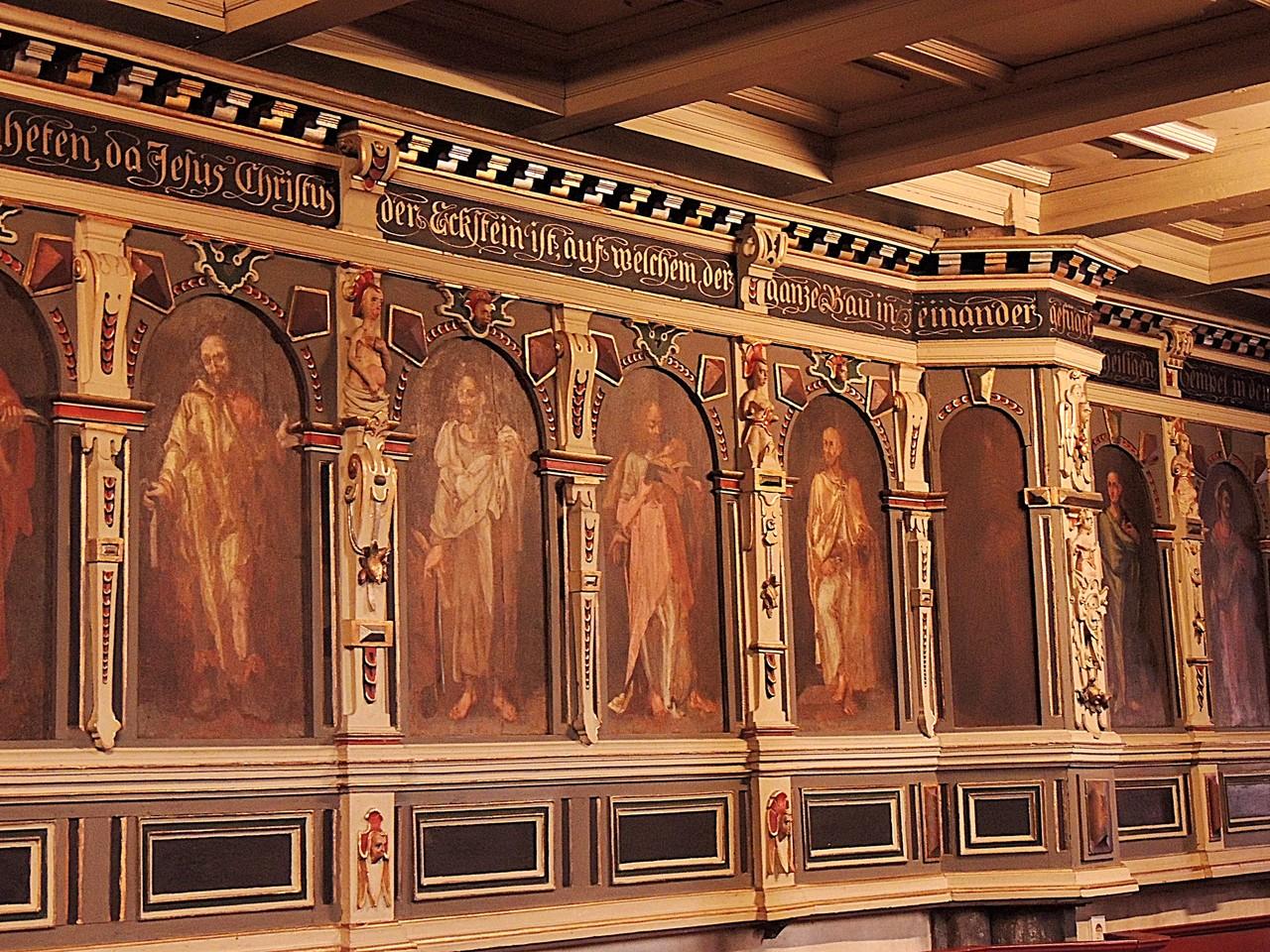 Der Innenraum besitzt eine beeindruckende Ausmalung und Ausstattung der Spätrenaissance des 16./17. Jahrhunderts