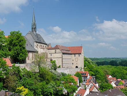 Das Gymnasium Marianum mit der evangelischen Kirche Maria-in-vinea (Maria im Weinberg)