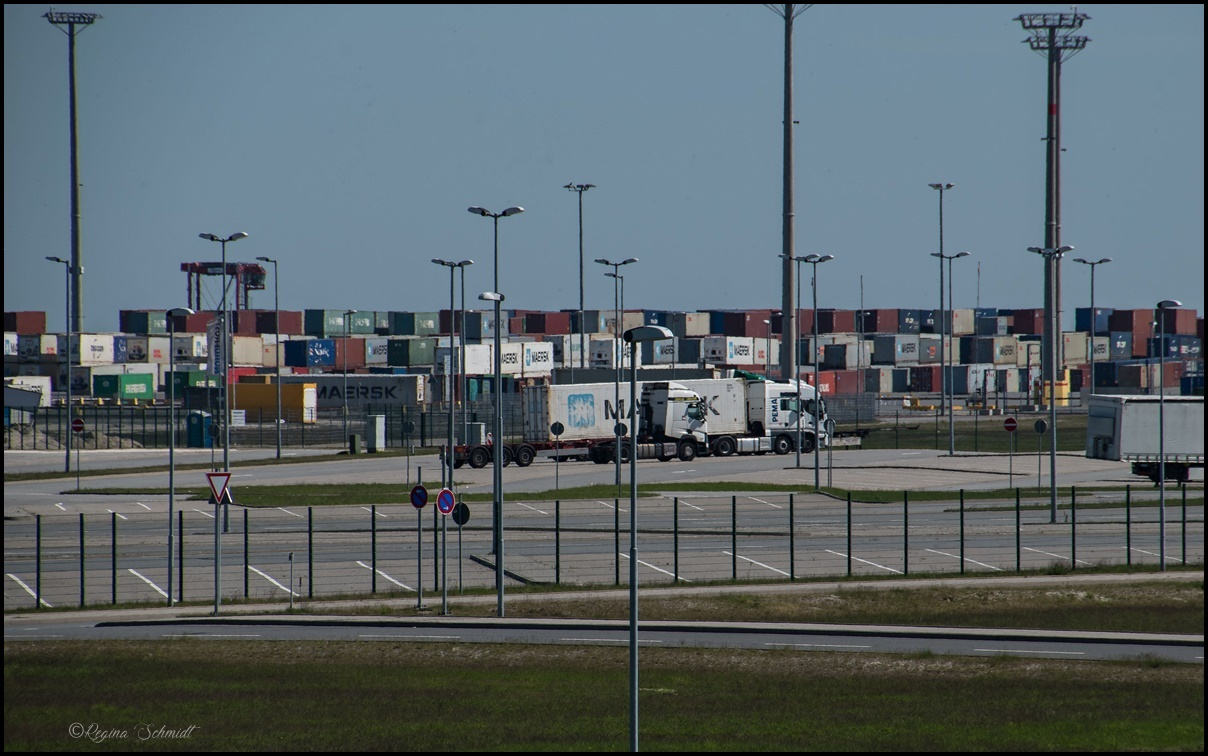 Vom Turm des Jade-Weser-Ports Blick auf die Container
