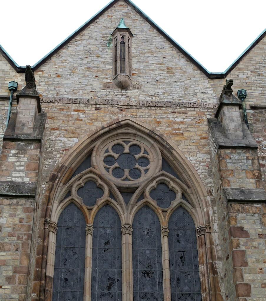 Blick auf die gotischen Fenster und auf die Totenleuchte (Südwand)