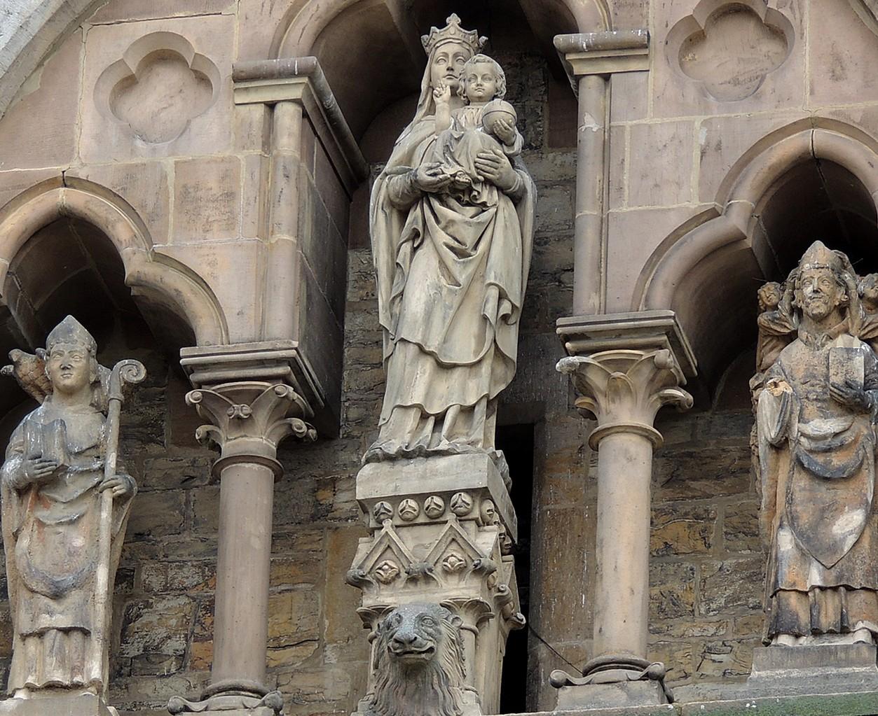 Die Figurengruppe im Giebel des Querhauses zeigt die Mutter Gottes