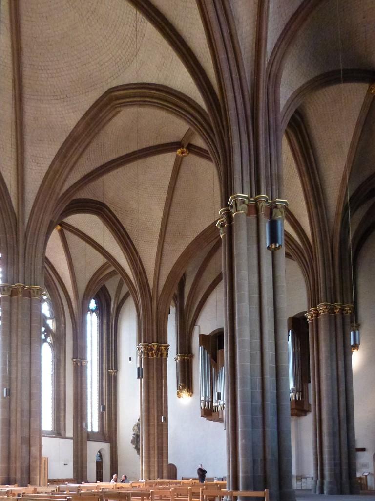 Pfeiler und Gewölbe im Langhaus