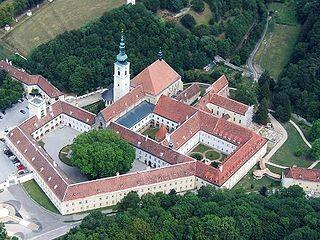 Stift Heiligenkreuz ein Kloster der Zisterzienser  bei Heiligenkreuz im Wienerwald (Niederösterreich).