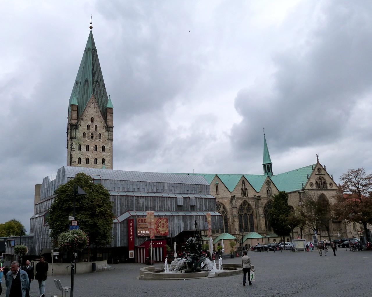 Paderborner Dom, teilweise verdeckt durch das Diözesanmuseum, mit dem sich längst noch nicht alle Paderborner abgefunden haben