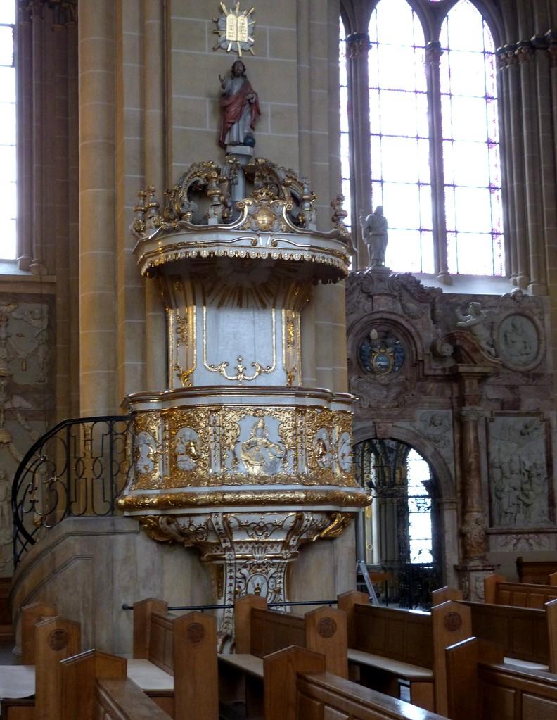 Die Kanzel wurde im Jahre 1736 zur 900-Jahrfeier der Übertragung der Reliquien des heiligen Liborius von den Brüdern Fürstenberg gestiftet.