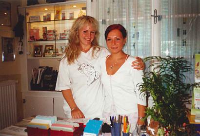 Barbara Simon mit Nicole Prünster. Nicole war 7 Jahre Wegbegleiterin unserer Firma, die sich derzeit ganz auf ihr junges Familienglück konzentriert. Wir wünschen ihr für ihre Familie und ihre Zukunft alles Liebe.