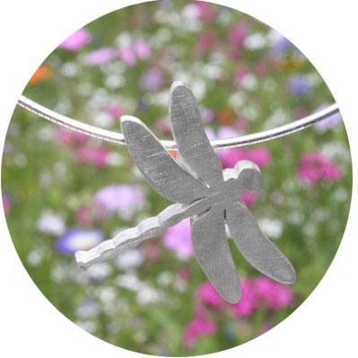 Bild: Libellen Anhänger , der Libellenanhänger ist aus Silber gearbeitet, die schlichte stilisierte Art ist bei jung und alt sehr beliebt.
