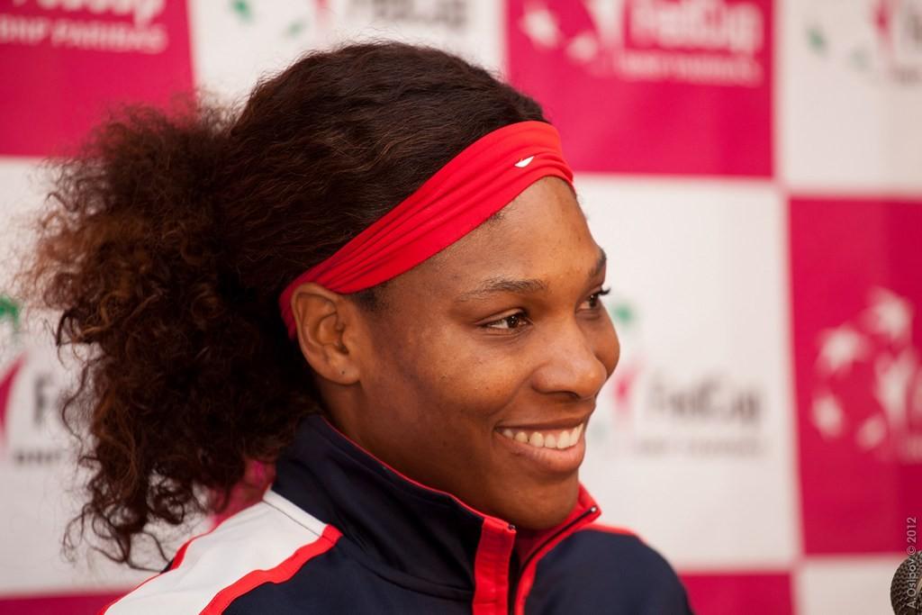 Serena Williams hat gut lachen und träumt weiter von ihrem fünften Titel in Melbourne seit 2001. Gegnerin ist jetzt ... (Foto by: Александр Осипов  [CC BY-SA 2.0 (http://creativecommons.org/licenses/by-sa/2.0)], via Wikimedia Commons)