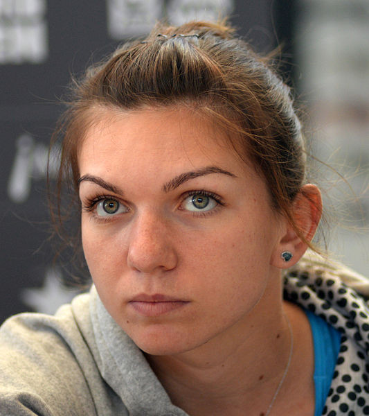 ... die Rumänin Simona Halep schlagen. Die Frau mit dem Power-Schlag stand letztes Jahr im French-Open-Finale. (Foto by: Tabercil (Simona Halep at Madrid Open 2014.jpg) [CC BY-SA 2.0 (http://creativecommons.org/licenses/by-sa/2.0)], via Wikimedia Commons)