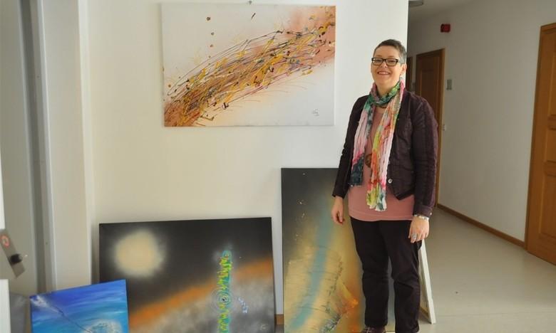 """""""Urkraft mit Schwung"""" – Michaela Heimels Bilder dienen der Therapie. Jetzt zeigt sie ihre Arbeiten im Saaler Rathaus. Von Evi Schmidl"""