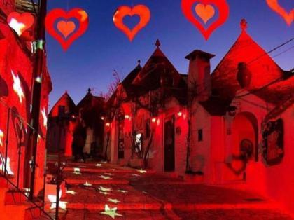 Alberobello (puglia) vestita a festa per San Valentino