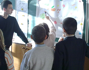 Schulprojekt. Die Schüler präsentieren Gruppenarbeit