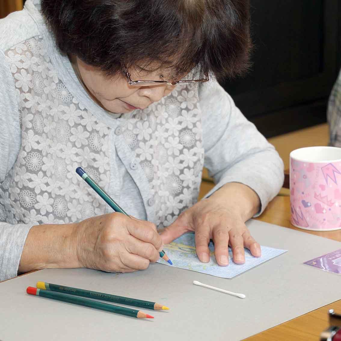 ぬり絵に集中されている由美子さん。